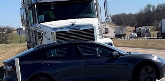 Водитель тягача не заметил как почти километр толкал перед собой по трассе легковушку