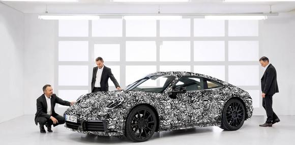Porsche показала закамуфлированное купе 911 нового поколения