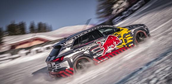Кроссовер Audi e-tron забрался на вершину горнолыжной трассы