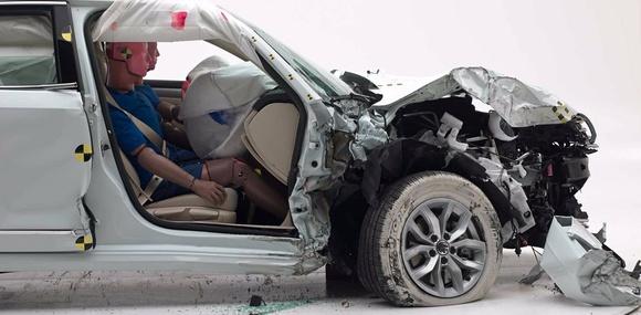 Краш-тесты IIHS проверили степень защиты переднего пассажира