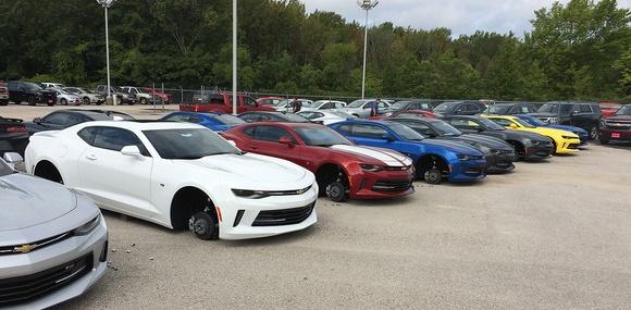 В Техасе у дилера Chevrolet за ночь сняли колёса с 48 автомобилей