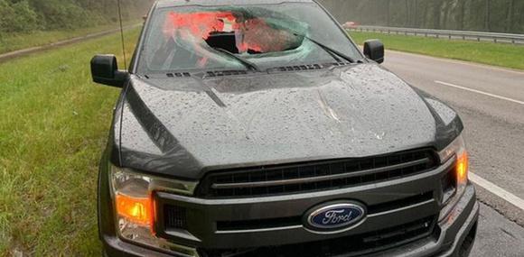 Выбитый молнией кусок асфальта пробил два стекла в движущемся пикапе
