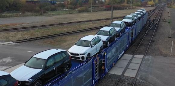 Новые BMW поехали в Украину из Германии на поездах