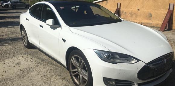 На Закарпатье таможенники конфисковали электрокар Tesla