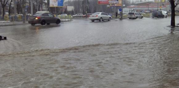В Киеве затопило проспект Освободителей (видео)