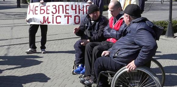 Кабмин хочет признать колясочников участниками дорожного движения