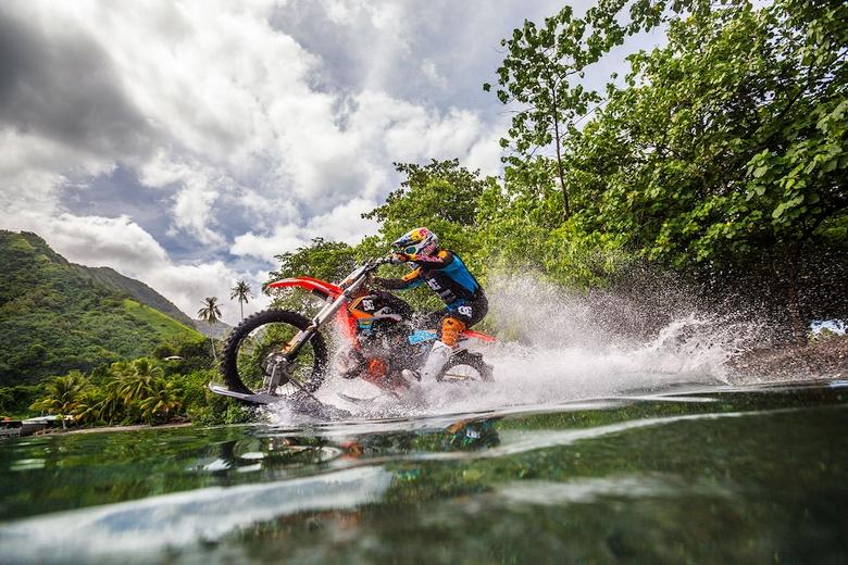 Езда по воде на мотоцикле видео