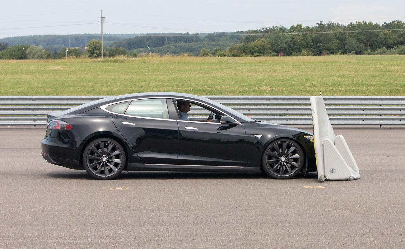 Tesla Model S завалил тест на автоматическое экстренное торможение