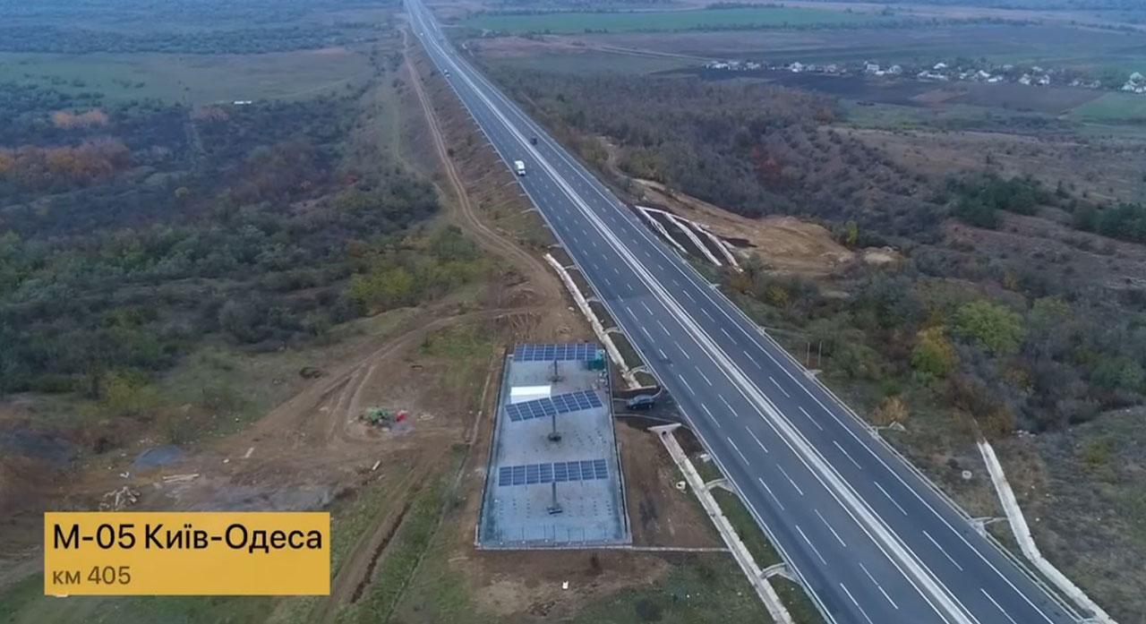 На трассе М-05 Киев - Одесса установили первую солнечную электростанцию для  освещения дороги